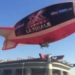 X Factor, febbre da finale: su Milano un dirigibile