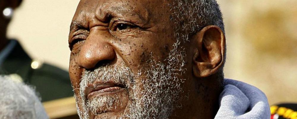 Bill Cosby aggredito da una donna in topless prima del processo