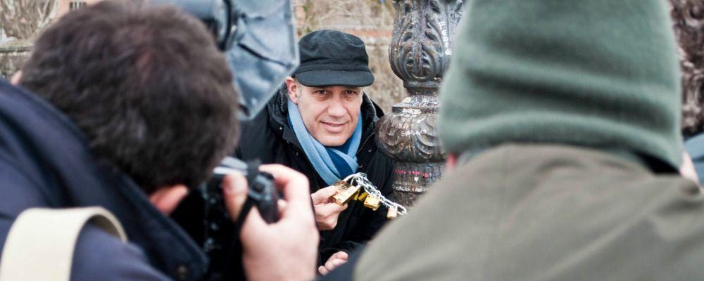 Federico Moccia torna ai lucchetti di Ponte Milvio per 'About Love'