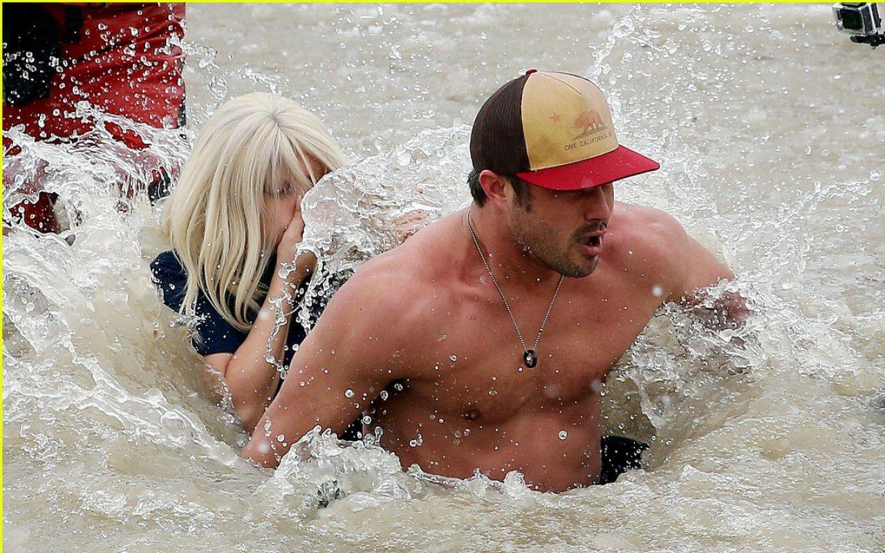 Lady Gaga e il fidanzato Taylor Kinney bagno nelle acque ghiacciate nel  Lago Michigan – Tvzap