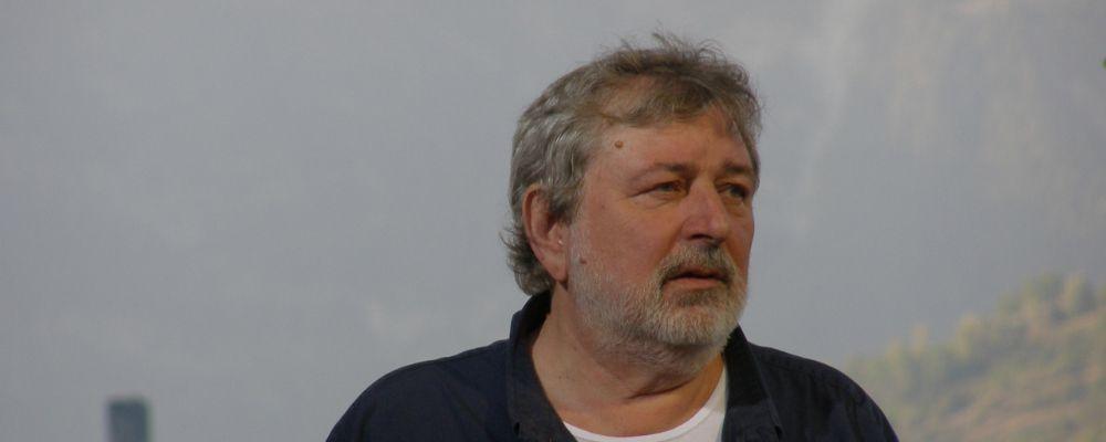 Caduta per Francesco Guccini, salta il dibattito