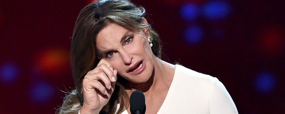 Caitlyn Jenner lacrime e coraggio agli Awards: le figlie Kendall e Kylie si commuovono