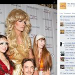 Folle red carpet a San Francisco, Alexander Skarsgård versione drag queen
