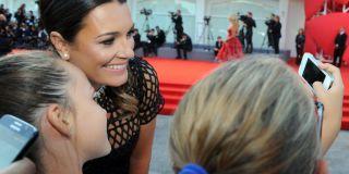 Alena Seredova sul red carpet a Venezia: da sola e in total black