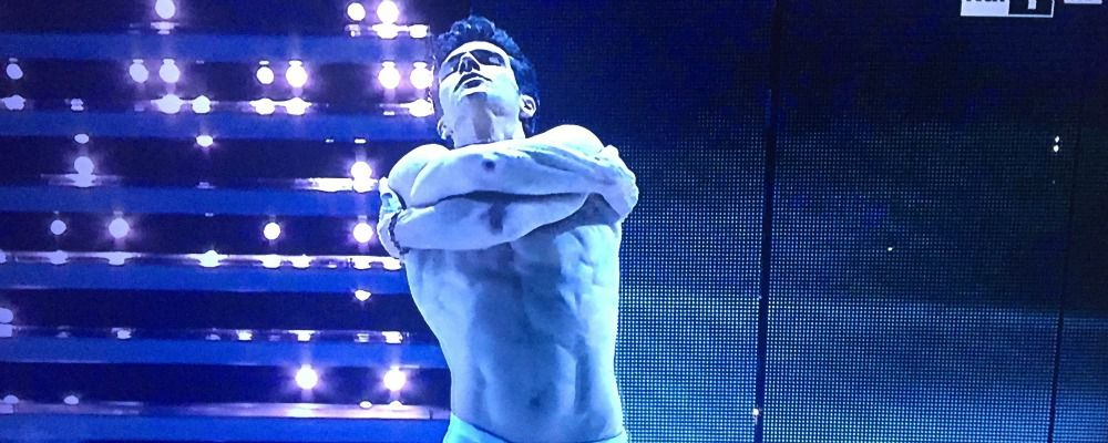 Sanremo 2016, Roberto Bolle balla We will rock you e La notte vola