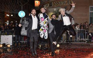 Sanremo 2016, Morgan arriva sullo skateboard e cade sul red carpet