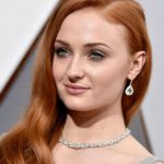 Sophie Turner e lo spoiler su Game of Thrones, Amell pubblica la foto di Arrow anziano