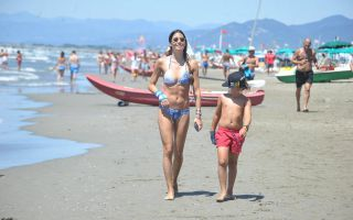 Elisabetta Gregoraci, la prova bikini è acrobatica... e hot
