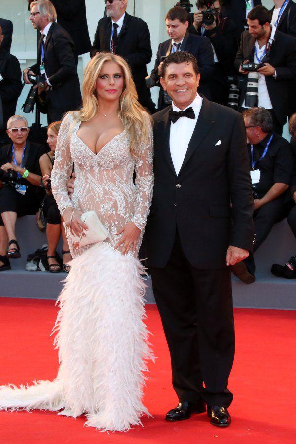 Valeria Marini sfila a Cannes con un abito riciclato