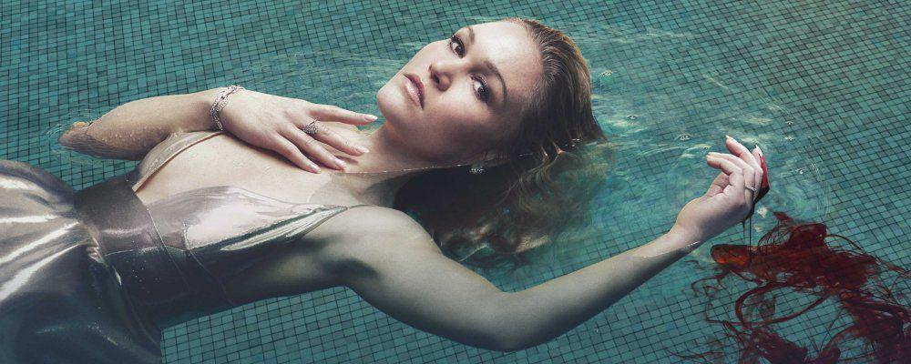 Riviera, la serie noir con Julia Stiles e Iwan Rheon anche su Mediaset Play