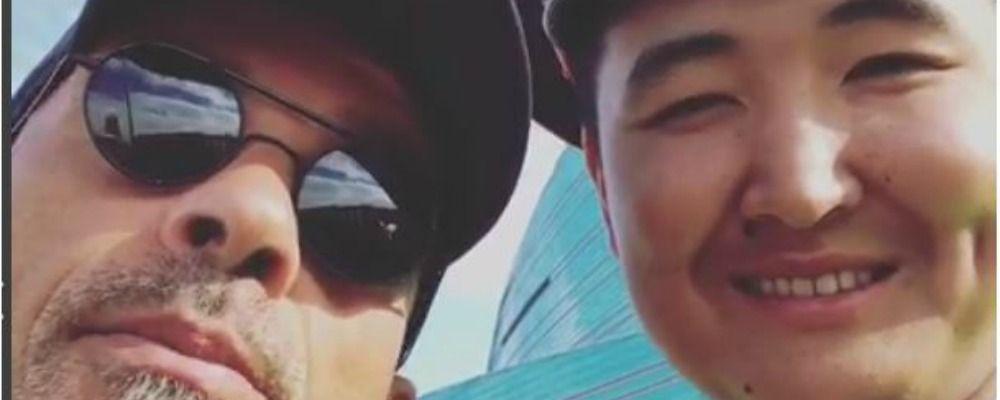 Eros Ramazzotti, duetto in Kazakistan con un poliziotto sulle note di Più che puoi