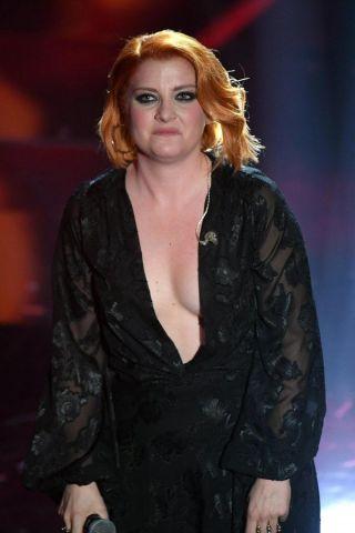 Sanremo 2018: scollatura hot per Noemi, ma l'inchino la tradisce