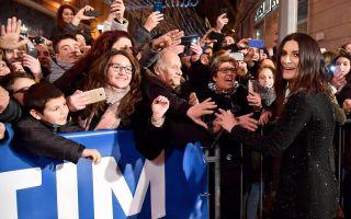 Sanremo 2018, Laura Pausini canta sul palco dell'Ariston e fuori dal teatro per la serata finale