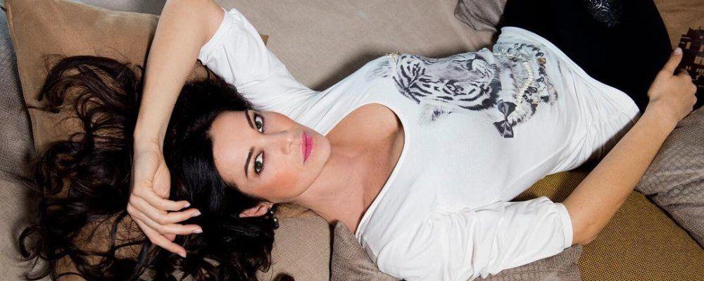 Foto in topless per Manuela Arcuri sexy sul lettino solare