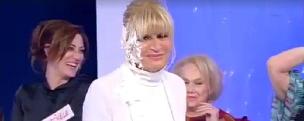 Uomini e donne, Tina lancia una torta in faccia a Gemma