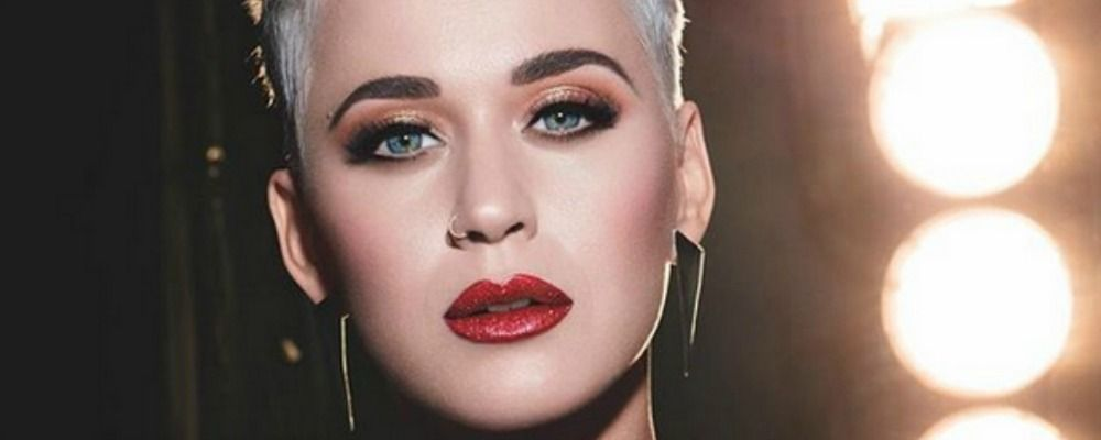 Katy Perry, incidente hot ad American Idol: l'abito è troppo stretto e il balletto fallisce
