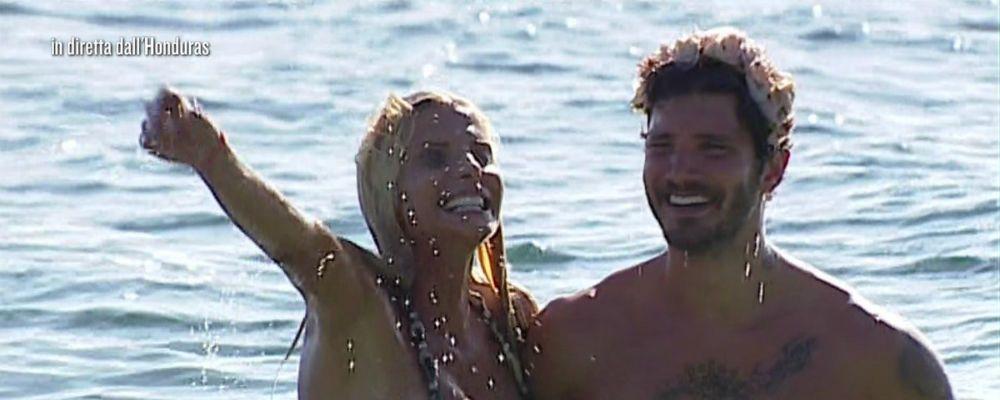 Isola dei Famosi, Stefano De Martino a petto nudo in Honduras soccorre Francesca Cipriani e scatena le ammiratrici