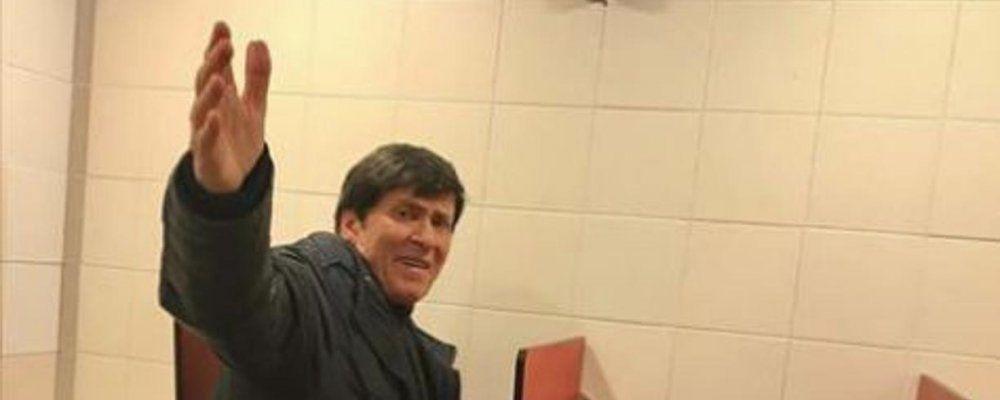 Gianni Morandi e l'invadenza dei fan: fotografato nei bagni di un autogrill