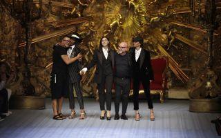 Monica Bellucci sulle passerelle 26 anni dopo per la collezione uomo di Dolce e Gabbana