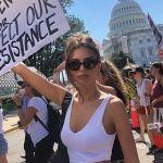 Emily Ratajkowski arrestata di fronte alla Casa Bianca durante una manifestazione di protesta