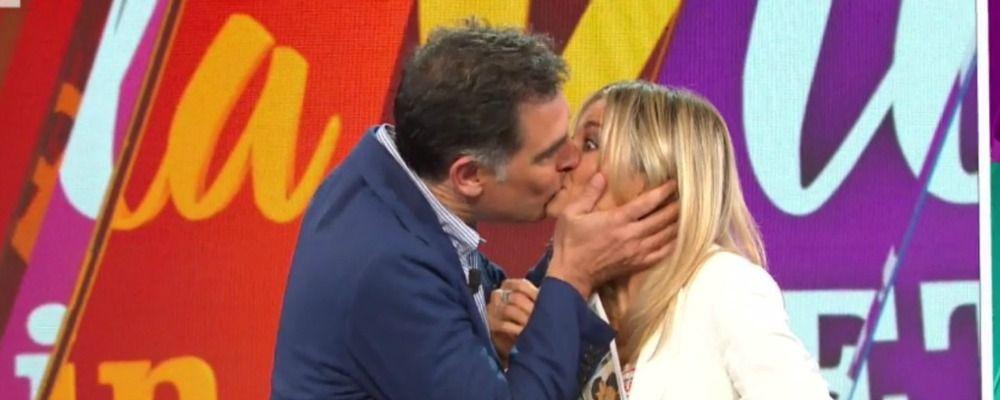 La vita in diretta, Tiberio Timperi bacia in bocca Francesca Fialdini
