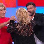 Uomini e donne, Tina Cipollari senza freni dà una ginocchiata a Gianni Sperti