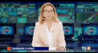 Barbara D'Urso diventa velina di Striscia e bacia Ridge nel promo di Live Non è la D'Urso
