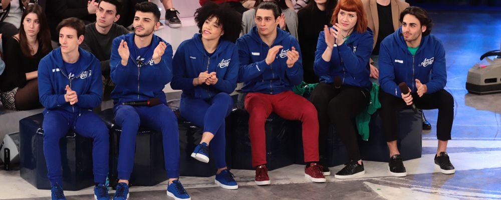 Amici 18, anticipazioni sul serale: entra Alvis, le squadre bianca e blu e il secondo direttore artistico