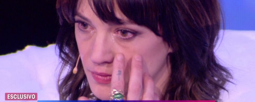 Live non è la d'Urso, Asia Argento in lacrime tra le braccia di Barbara D'Urso