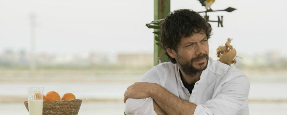Il molo rosso, Alvaro Morte su Rai 2 dopo Il Segreto e La casa di carta: anticipazioni