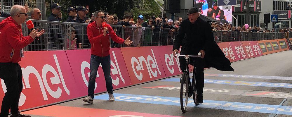 Giro d'Italia 2019, è don Matteo a tagliare per primo il traguardo della quarta tappa