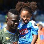 Mario Balotelli in campo con la figlia Pia, la madre Raffaella Fico applaude dagli spalti
