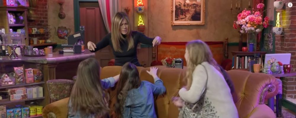 Friends, Jennifer Aniston è di nuovo Rachel Green al Central Perk: le reazioni dei fan