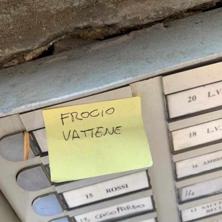 """Luca Tommassimi, scritta omofoba sul citofono: """"Io zitto non"""