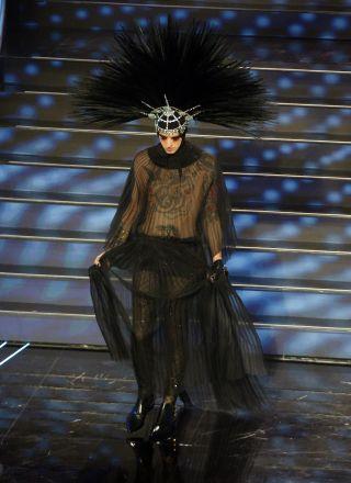 Sanremo 2020, tutti i travestimenti di Achille Lauro: San Francesco, Ziggy Stardust, Casati Stampa e Elisabetta I