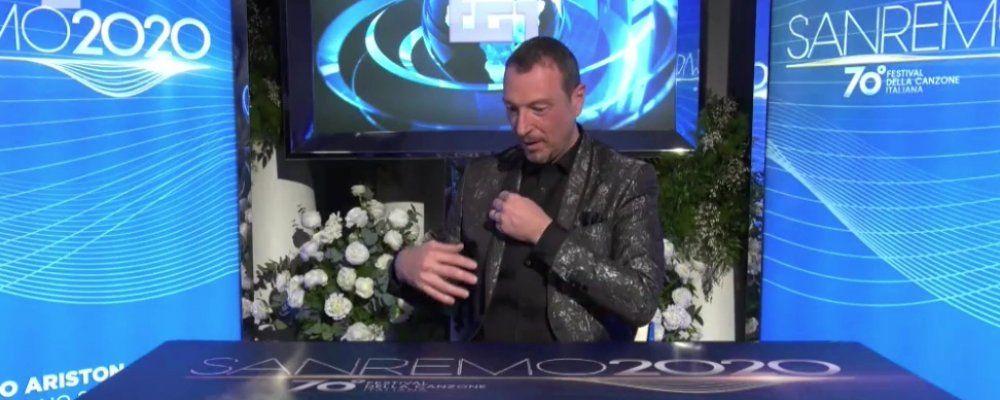 Sanremo 2020, mentre Amadeus è in diretta con Fabio Fazio crolla la scenografia