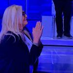 Domenica In, Mara Venier dopo la gaffe su Sanremo incontra in ginocchio Irene Grandi: 'Pensavo a Irene Fargo'