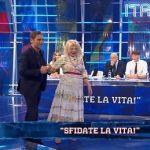 Italia sì, Sandra Milo cade in diretta: Marco Liorni dopo la paura rassicura i fan