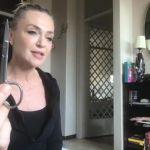 Paola Barale, come tagliarsi i capelli in quarantena: con forbicine, pettine e 2 elastici