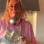 Coronavirus, Mara Venier: 'Chiusa in casa ho preso 8 chili, non faccio altro che cucinare e mangiare'