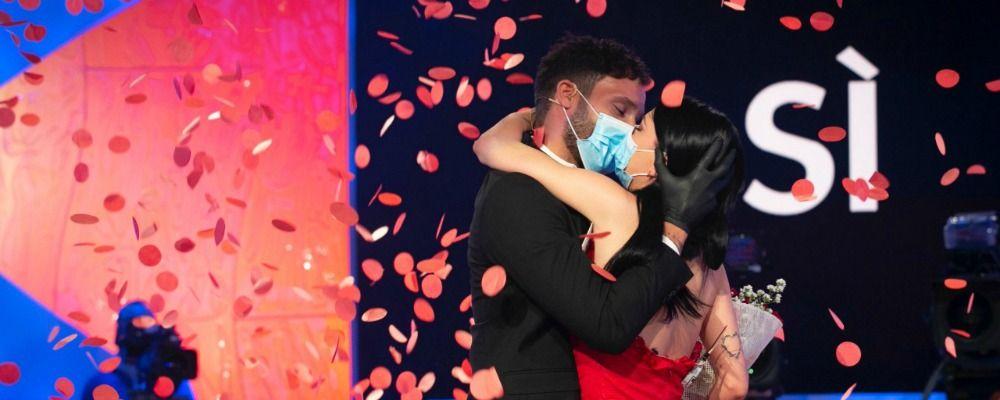 Uomini e Donne: Giovanna Abate sceglie Sammy Hassan, il bacio è con mascherina