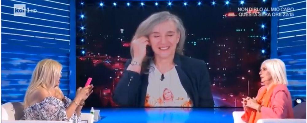 """Domenica In, Giovanna Botteri omaggia Mara Venier con la maglietta: """"Bisogna sorridere"""""""