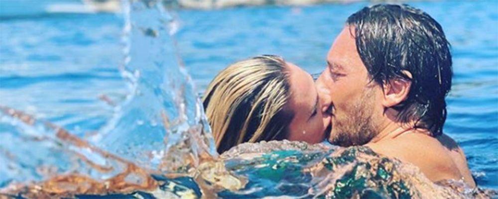 """Ilary Blasi bacia il marito, l'ironia di Francesco Totti: """"Sembri un piranha"""""""