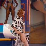 Andrea Delogu scivola in diretta e mostra livido e cellulite