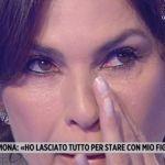 """Storie Italiane, le lacrime di Ramona Baduscu: """"Mio padre sta male e non posso raggiungerlo"""""""