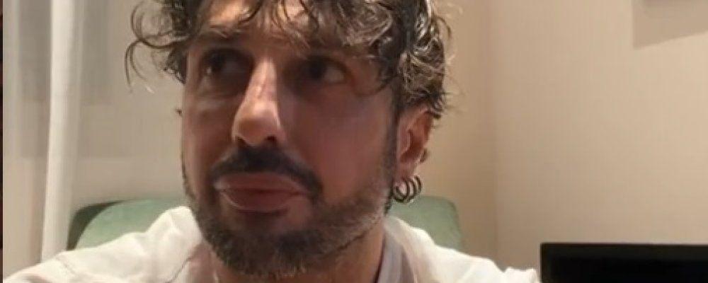 Fabrizio Corona mostra il certificato sul Covid e attacca Barbara D'Urso