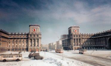 Veicoli sulle strade innevate di Noril'sk, Unione Sovietica. Foto di Oleg Moiseyenko.