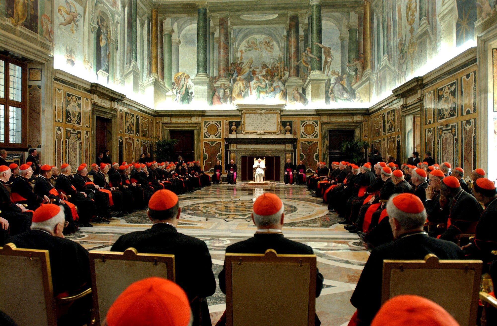 22 aprile 2005: Papa Benedetto XVI ringrazia i cardinali per la sua elezione. Foto di Eric VANDEVILLE/Gamma-Rapho via Getty Images.