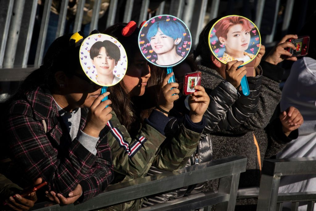 Dei fan aspettano il gruppo k-pop BTS a New York. Foto di Drew Angerer/Getty Images