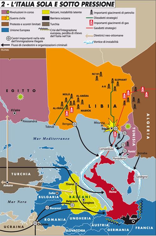 """Carta di Laura Canali tratta dall'editoriale """"Per chi suona la campana"""" di Limes 1/2011 """"Il grande tsunami"""" - clicca qui per andare all'originale.La carta mostra un minaccioso vortice dell'instabilità avvicinarsi pericolosamente all'Italia. Alla perdita di rilievo in ambito Ue infatti si accompagna la prossimità ai paesi scossi da rivoluzioni (come Tunisia ed Egitto) e, nel caso libico, dalla guerra civile. In evidenza i principali centri nella rete dell'immigrazione illegale e le traiettorie dei flussi di clandestini gestiti dalle organizzazioni criminali. Sono tracciati inoltre i gasdotti e oleodotti strategici (per l'Italia in particolare) e i principali giacimenti di gas e petrolio presenti sul territorio libico."""